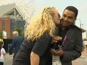 Canlı yayında muhabiri öptü