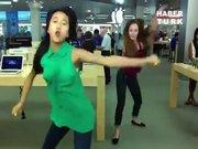 Genç kızların çılgın dansı!