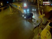 Otomobil trenin altına böyle girdi