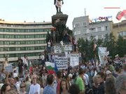 Bulgaristan'da binlerce kişi meclisi kuşattı
