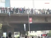 Kurşunlardan kaçmak için köprüden atladılar