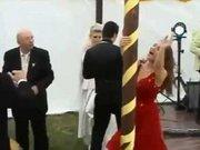 Sarhoş kadın düğünde striptiz yaptı ortalığı birbirine kattı