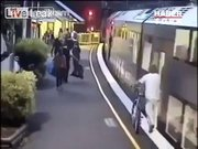 Trenin altında kaldı yine de ölmedi