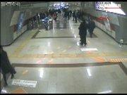 Metrodaki kavga anı güvenlik kamerasında