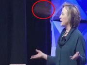 Clinton'a ayakkabılı saldırı!