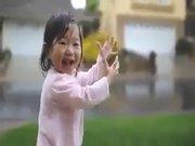 İlk defa yağmur gören bebeğin mutluluğu...