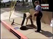 Polislerden yardım isteyen ördek!
