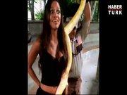Balotelli ve sevgilisi yılanla oynadı!