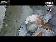 Suriye'de iki aylık bebek böyle kurtarıldı