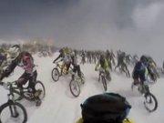 Karlı dağdan bisikletle iniş