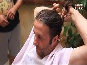 İlker Ayrık saçlarını kesti