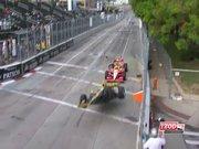 Önündeki yarışçıya kerkinen F1 pilotu