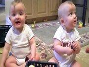 Babalarını taklit eden ikizler