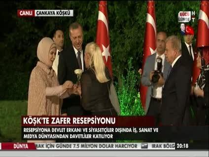 Muazzez Ersoy'dan Erdoğan çiftine beyaz gül