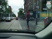 Örümcek Adam kaykay yaparken...
