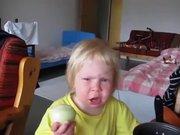 Bir baş soğanı kütür kütür yiyen bebek
