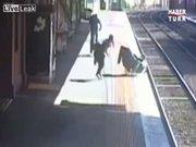 Bebek arabası tren raylarına düştü