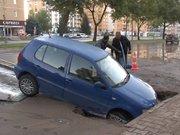Yer yarıldı araba içine düştü!