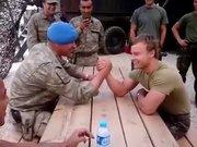 Türk ve Hollandalı Askerlerin bilek güreşi