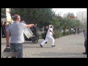 Kılıçla eylemcilere saldırdı!