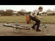 Jet bisiklet ile uçuşa geçen genç!