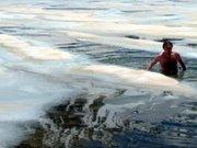 Soğuğa aldırmadan -5 derecede yüzdüler
