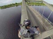 Köprü kirişlerinden motosiklet ile geçmek