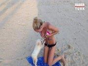Kızın bikinisini açmaya çalışan çapkın köpek
