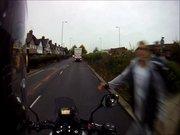 Motosikletliyi tokatlayan yaya