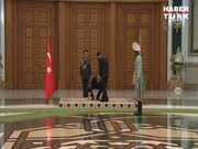 Erdoğan, iki ülkenin yerdeki bayrağını alarak cebine koydu