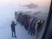 Mahsur kalan uçağı iterek kurtardılar!