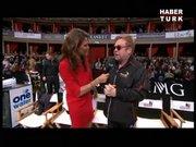 Elton John sandalyeye oturmaya çalışırken yere düştü