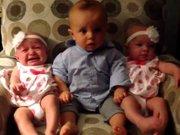 Bebeğin Yanında Oturan İkizler Karşısındaki Şaşkınlığı