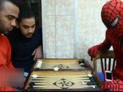 Mısırlı Örümcek Adam Kahire sokaklarında