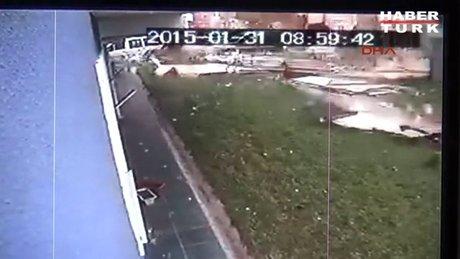Lodostan uçan çatı arabaların üstüne düştü!