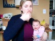 Annesi yedikçe o kahkahalara boğuluyor