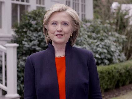 Clinton'a '+18' logosu