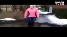 /video/haber/izle/bebegini-yere-firlatti-ve-uzerine/139082