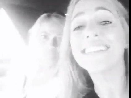 Meryem Uzerli kız arkadaşlarıyla arabada şarkı söylerken...